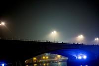 Puente con gente andando al atardecer noche con las luces encendidas. River Thames, Waterloo Bridge, London, UK, Europa.