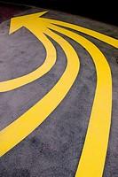 señal pintada en el suelo para indicar el itinerario de la exposición