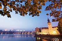 Vista nocturna sobre el ri´o Moldava; al fondo Catedral de san Vito (siglo XIV) _ go´tico) y el Puente Carlos IV; Praga; Repu´blica Checa