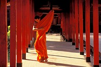 BUDDHIST MONK, WAT PRHA THON TEMPLE, MAE HONG SON, THAILAND.