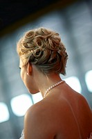 Photograph of a bride´s back with pearl necklace