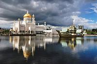 Sultan Omar Ali Saifuddin Mosque in Brunei. Brunei, Bandar Seri Begawan. (/Julien Garcia)