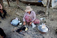 Cambodia, Kompong Kleang, stilt houses village along the Tonle Sap lake, waffle maker.
