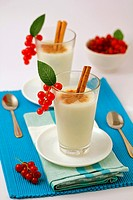 Meringue milk with red currants.