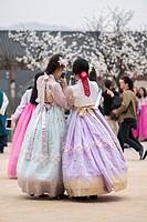 Young girls in Korean traditional costumes at Gyeongbokgung Palace, Seoul, Korea