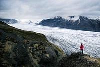 Iceland, Sudurland region, Skaftafell National Park, hiker contemplating the Skaftafellsjokull glacier (Skaftafellsjökull), Model Released