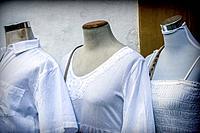 Three maniquis dressed in white, conceptual image.
