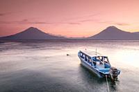 volcanes de Atitlán 3537 m. y San Pedro 3020 m. lago de Atitlán,departamento de Sololá , República de Guatemala, América Central.