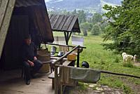 Jan dans sa fromagerie d'alpage dans la campagne autour de Zakopane, region Podhale, Massif des Tatras, Province Malopolska (Petite Pologne), Pologne,...