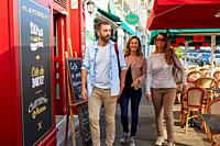 Guide with tourists, Tour, Cafe, Bayonne, Aquitaine, Pyrenees Atlantiques, France, Europe