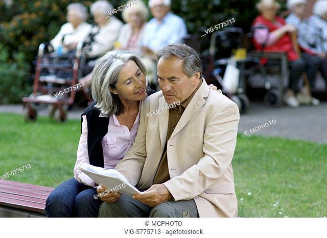 Ein aelteres Paar besichtigt ein Seniorenheim und lesen sich die Vertragsbedingungen durch, Hamburg| Old couple are visit with a senior home and read the...