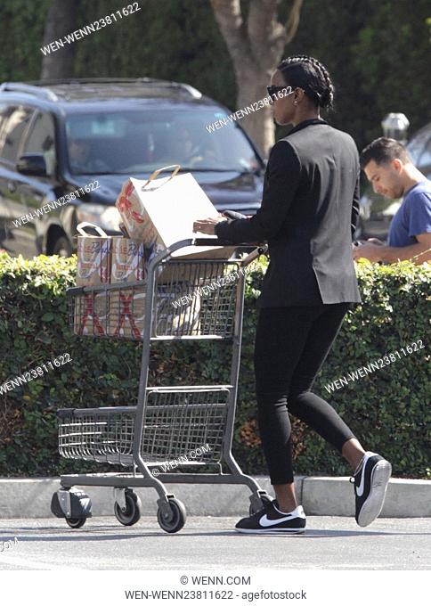 Kelly Rowland smiling for the cameras after shopping at Bristol Farms Featuring: Kelly Rowland Where: Beverly Hills, California