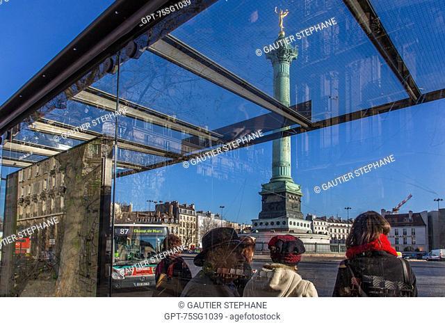 BUS STOP, PLACE DE LA BASTILLE AND THE JULY COLUMN, PARIS (75), ILE-DE-FRANCE, FRANCE