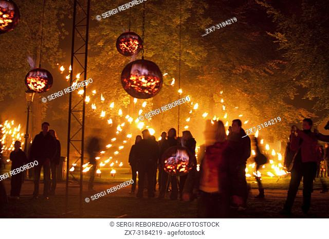 Festival Brugge Centraal. 'Installation de feu - Compagnie Carabosse': poetic and festive walking trail with fire installations