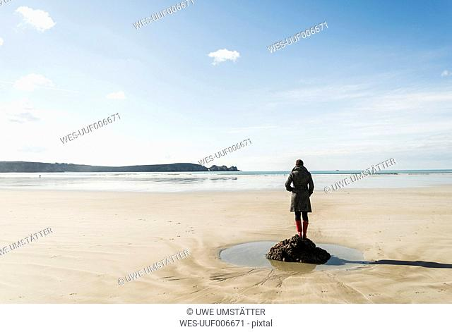 France, Bretagne, Finistere, Crozon peninsula, woman standing on the beach