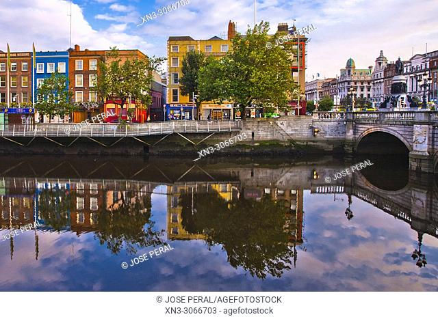 O'Connell Bridge, on background at right O'Connell Monument, River Liffe, Dublin city, province of Leinster, Ireland, Europe