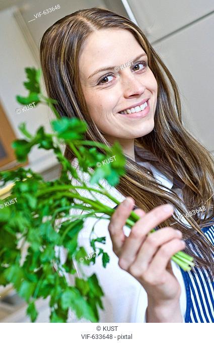 junge Frau haelt frische Kraeuter in der Hand - Nieder÷sterreich, Ísterreich, 14/02/2008