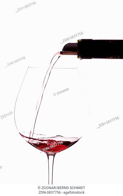 Burgunder Rotwein in eine Weinglas einschenken