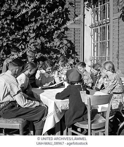 """Kinderbetreuung im Rahmen einer Fahrt der Reichszentrale """"""""Landaufenthalt für Stadtkinder"""""""", Deutschland 1930er Jahre. Caring for children at a tour of the..."""