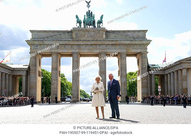 07 May 2019, Berlin: The British heir to the throne Prince Charles and his wife Duchess Camilla are standing on the Pariser Platz in front of the Brandenburg...
