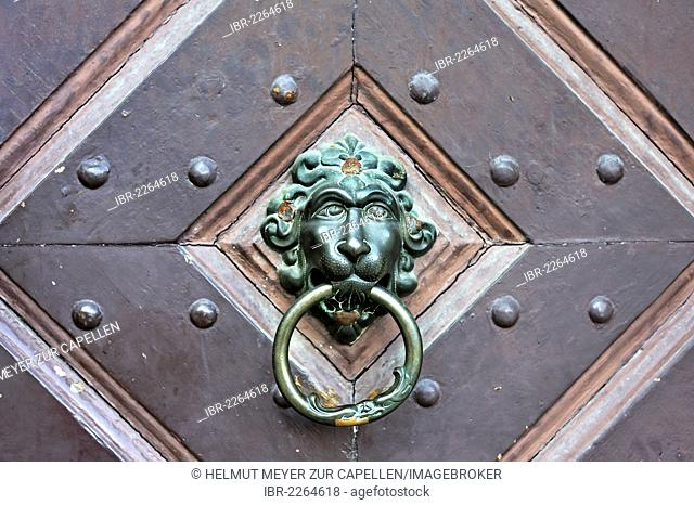 Lion head as a door knocker on an old gate, historic centre of Kulmbach, Upper Franconia, Bavaria, Germany, Europe
