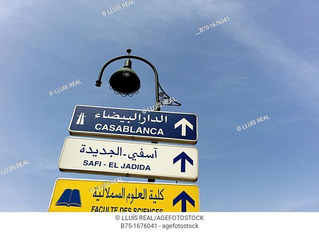 Cartel indicador de autopista y direcciones a Casablanca y Safi-El Jadida en Marrakech, Marruecos, Africa, highway sign indicating directions to Casablanca and...
