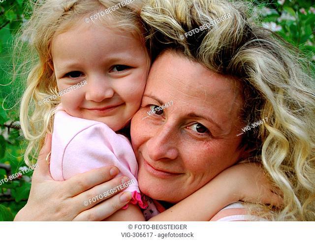 Mutter und Tochter umarmen sich - mother and daughter. - 08/05/2006