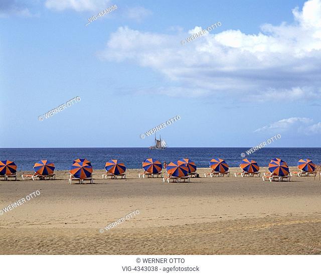 Spanien, Lanzarote, Kanarische Inseln, E-Puerto del Carmen, Badestrand, Sonnenschirme Spain, Lanzarote, Canary Islands, E-Puerto del Carmen, bathing beach