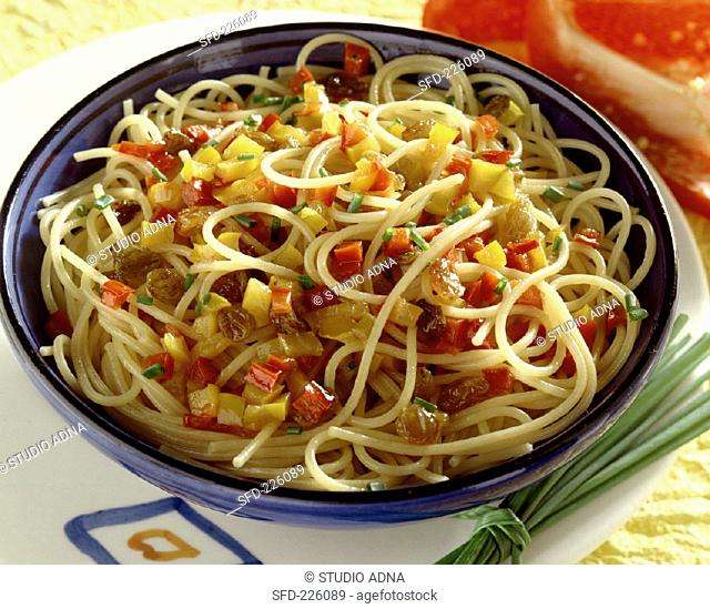Spaghetti with peppers and raisins