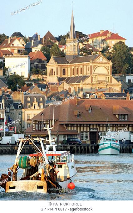 FISHING BOAT ENTERING THE PORT IN FRONT OF THE NOTRE-DAME DES VICTOIRES CHURCH, TROUVILLE-SUR-MER, CALVADOS 14, NORMANDY, FRANCE