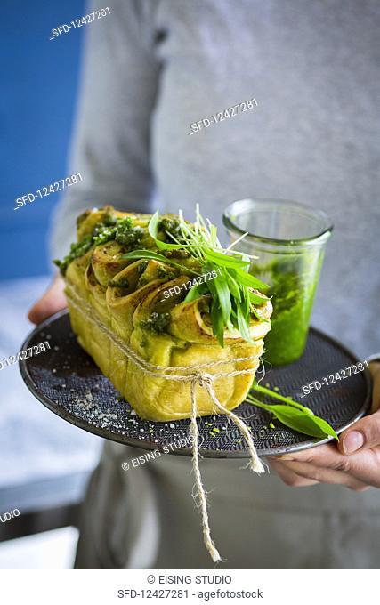 Pull-apart bread with wild garlic pesto