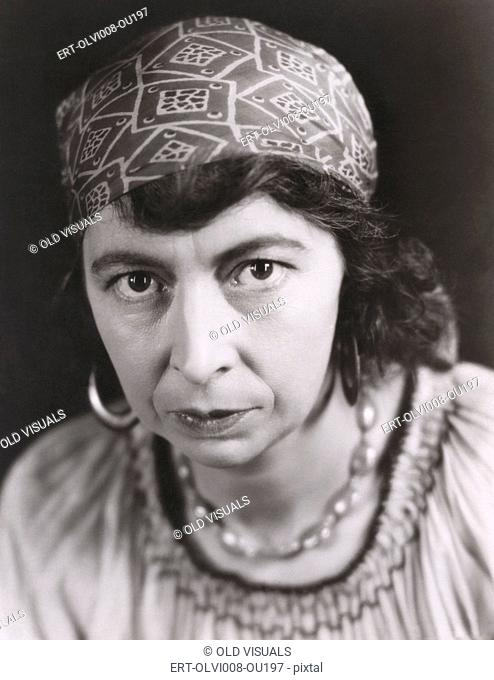 Portrait of a gypsy (OLVI008-OU197-F)