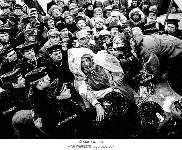 peter finch, durante le riprese del film la tenda rossa, 1969