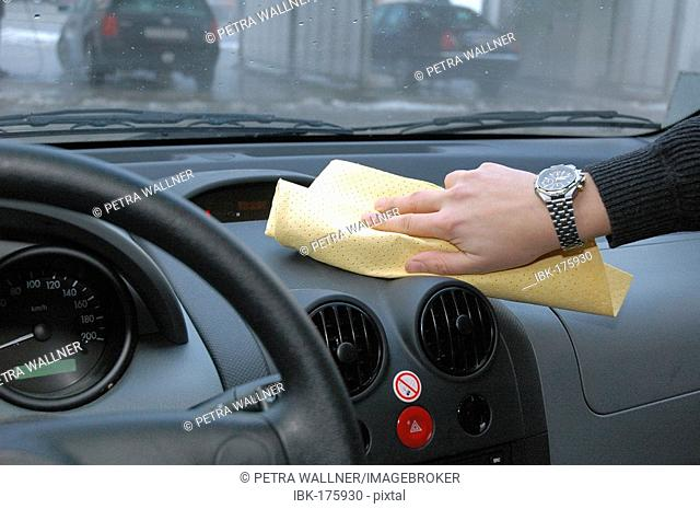 Cleaning of the dashboard of a car