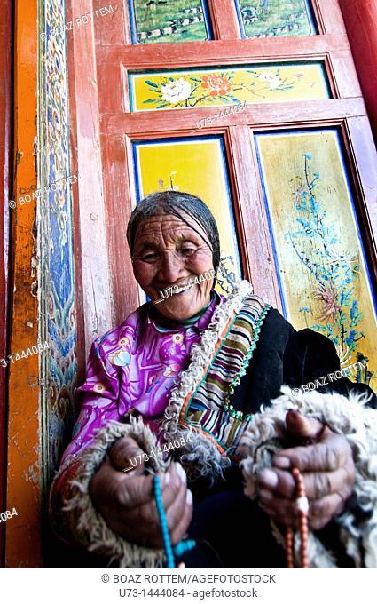 An old Tibetan pilgrim visiting Labrang monastery during the TIbetan new year