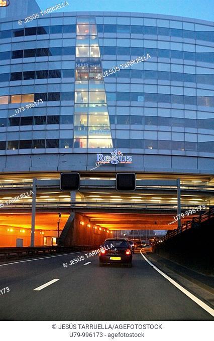 Vista nocturna de un tramo de Autoviá que transita desde La haya a Amsterdam  Holanda  Benelux  Europa