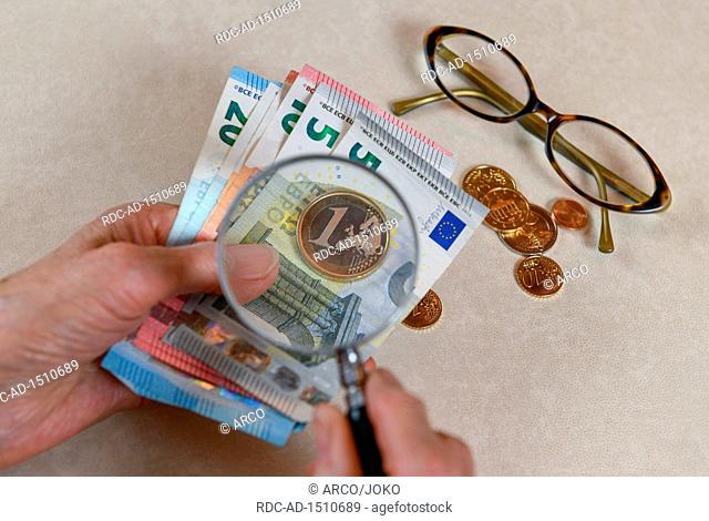 Symbolfoto, Rente, Seniorin, Haende, Geld, Lupe