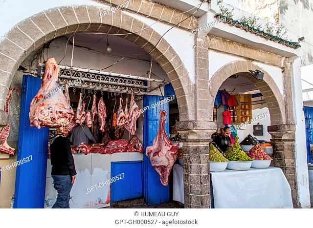BUTCHER'S SHOP IN THE JEDID SOUK AND THE PORTERS ON ISTIQLAL AVENUE IN THE CENTRE OF THE MEDINA, ESSAOUIRA, MOGADOR, ATLANTIC OCEAN, MOROCCO, AFRICA