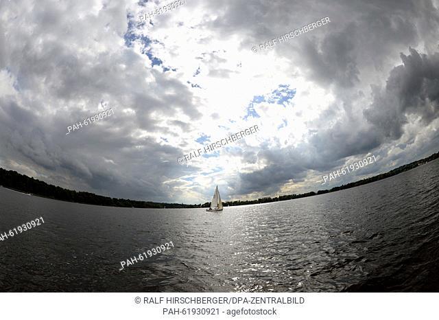 A sailing boat on the Tiefer Lake near Potsdam (Brandenburg), Germany, 19 September 2015. Photo:Ralf Hirschberger/dpa |