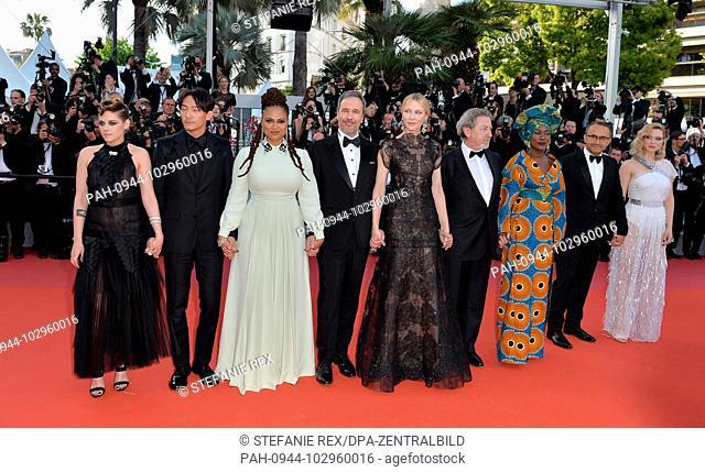 08.05.2018, France, Cannes: Jury members Kristen Stewart (l-r), Chang Chen, Ava DuVernay, Denis Villeneuve, jury president Cate Blanchett, Robert Guediguian