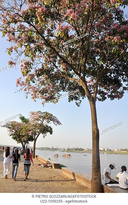 Phnom Penh (Cambodia): people walking and hanging out along the riverside