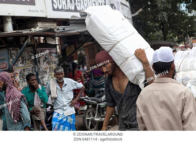 Inder trägt ein großes Paket, Dehli, Indien