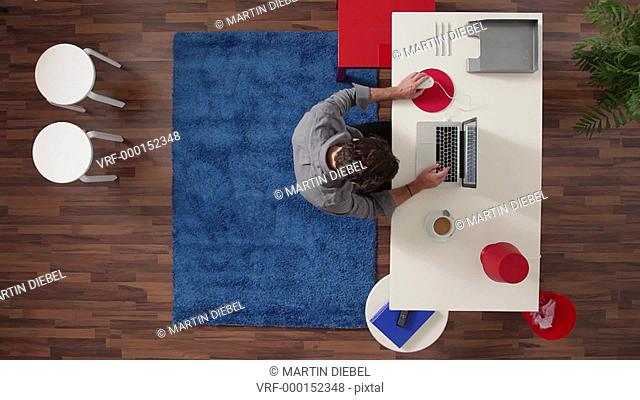 MS, Lockdown, businessman working at his desk in his home office, overhead view