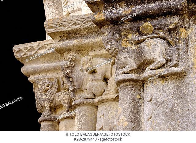 puerta policromada con animales medievales esculpidos, Colegiata de Saint-Ours, románico y gótico. Fue edificada entre los siglos XI y XII, Loches, Indre