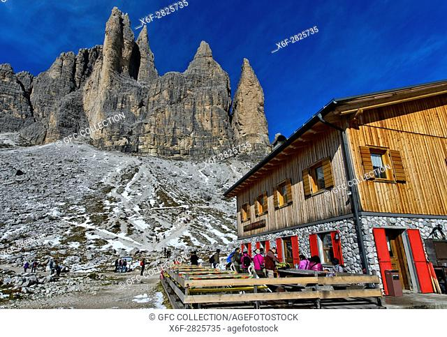 Berghütte Rifugio Lavaredo, Lavaredohütte, am Fuss der Drei Zinnen, Sextner Dolomiten, Südtirol, Trentino-Alto Adige, Italien / Mountain hut Rifugio Lavaredo at...