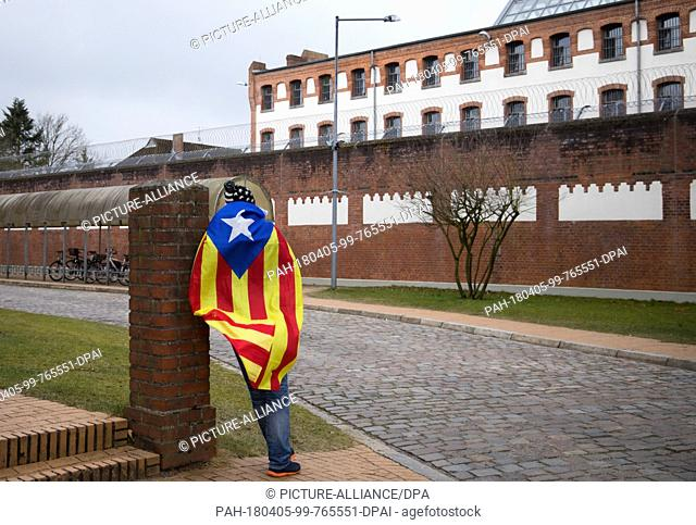 05 April 2018, Germany, Neumuenster: Eduard Alonso from Girona in Catalonia wears the estelada, the flag of Catalan nationalists