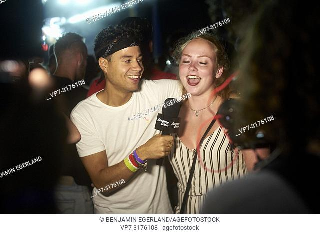 man interviewing party woman at music festival Starbeach Chersonissos, Crete, Greece, at 06. August 2018, Gewoon Doen