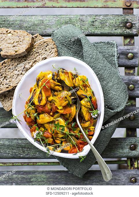 Braised saffron mussels with wholemeal bread