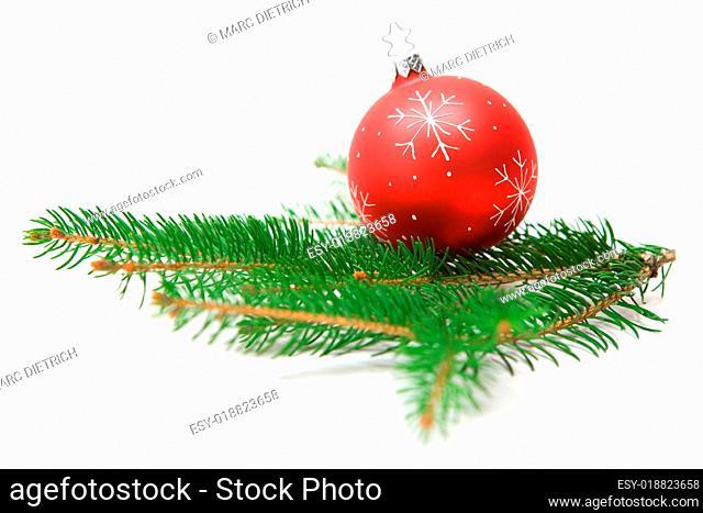 Christbaumkugel auf Tannenzweig