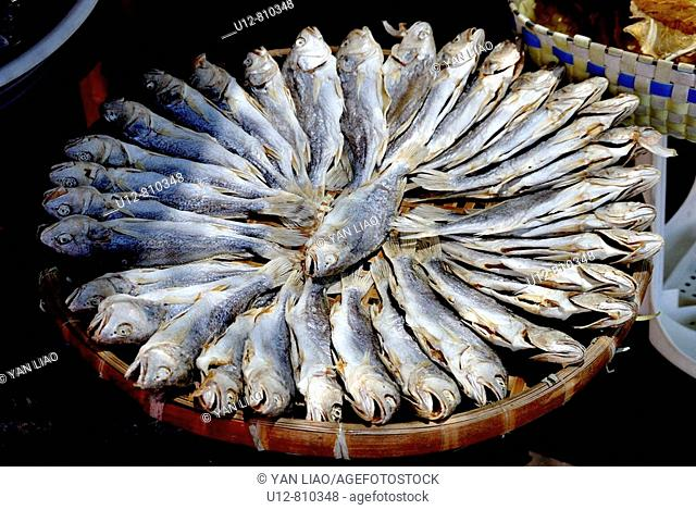 To prepare (fish) by splitting, salting, and smoking. A herring or salmon that has been split, salted, and smoked. To preserve or flavor (food) in a solution of...